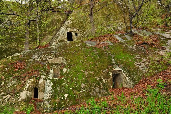 Bisericile rupestre din Muntii Buzaului 2