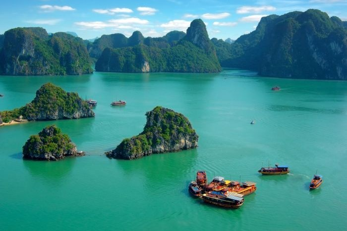 Ha-Long-Bay-Vietnam-700x467