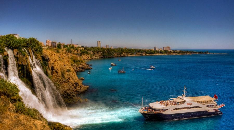 Peisajele-naturale-sunt-un-alt-motiv-pentru-care-turiștii-vizitează-zona1