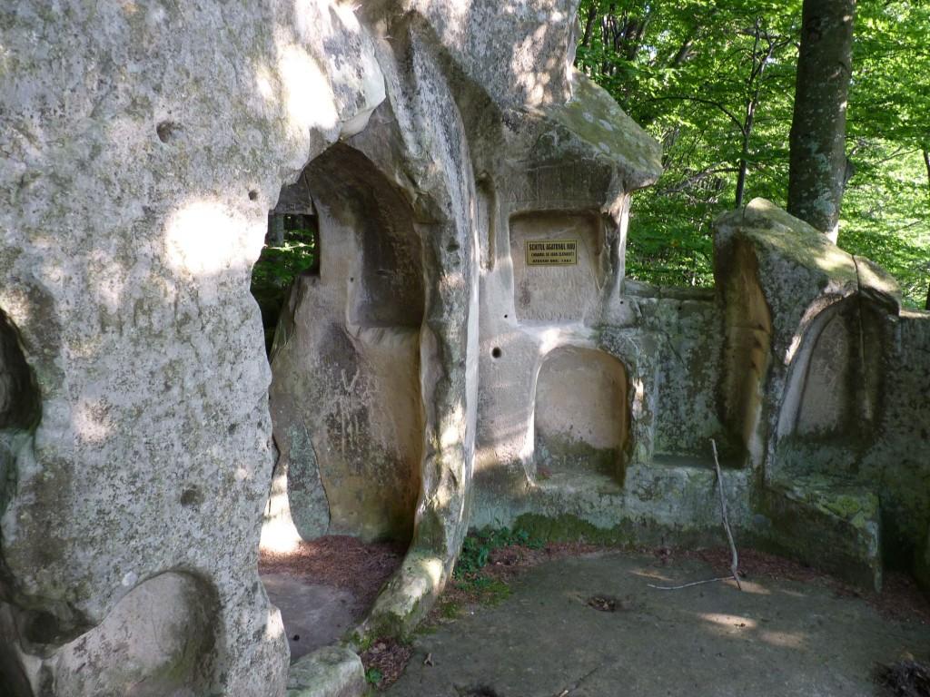 Biserica din Piatră de la Aluniș 3