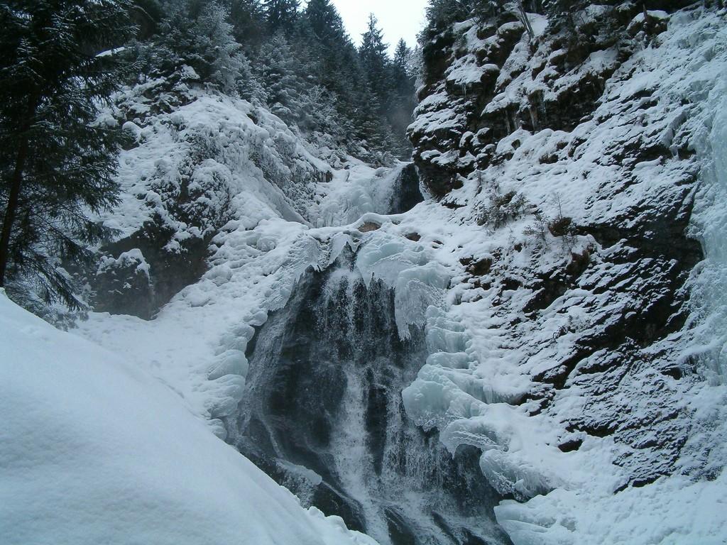Cascada Rachitele iarna