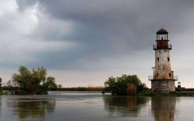 Imagine-din-Dunăre-cu-far-de-casă