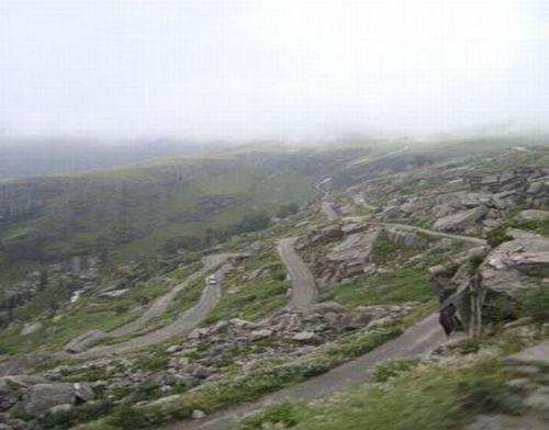 worlds-scariest-roads-640-05
