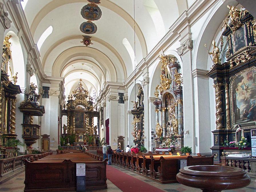 biserica-fecioarei-victorioase-3